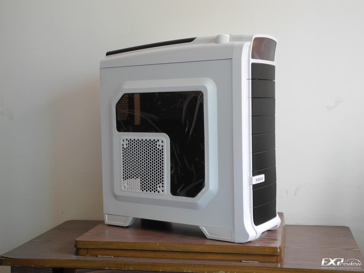 中塔游戏机箱是市面上最为常见的机箱,它的优势可谓非常的明显,相比较于小mini机箱,它有着更大的空间,无论是安装双显卡、水冷散热器、多硬盘等都能应对,扩展性非常强,同时大体积也更加容易散热。而相比较于全塔机箱,它又更加轻便,而且售价更加亲民,是很多消费者的最爱。而这次收到的先马时空战士就是一款不折不扣的中塔游戏机箱。